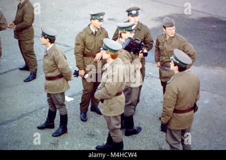 Un groupe de jeunes soldats ANV se tiennent sur un square à Berlin et de regarder dans des directions différentes. Banque D'Images
