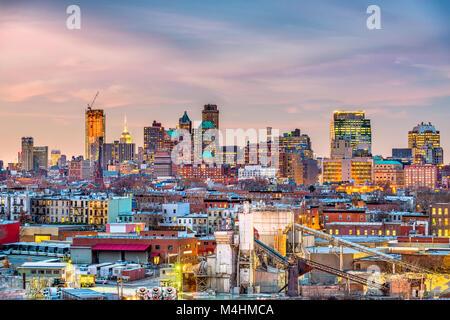 Brooklyn, New York, USA skyline avec les zones industrielles au crépuscule. Banque D'Images