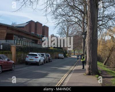 Gardien de parking donnant un ticket de parking pour une voiture pas garé dans le parking bay lignes dans le UK Banque D'Images