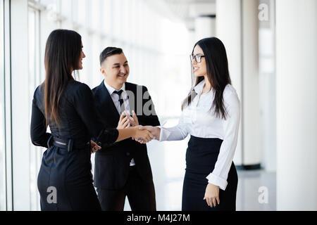 Partenaires d'affaires se serrer la main dans la salle de réunion Banque D'Images