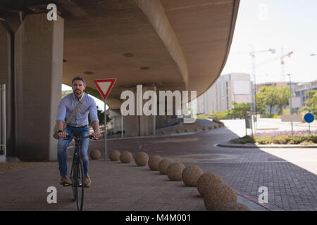 Man riding a bicycle on street Banque D'Images