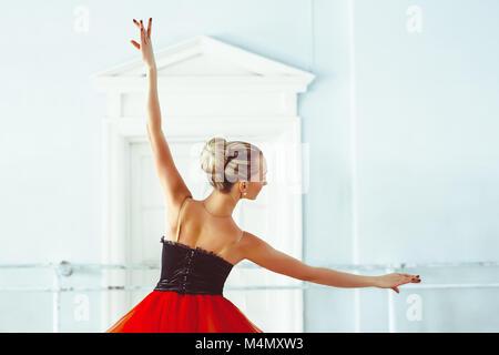 Dans la salle de ballet ballerine Banque D'Images