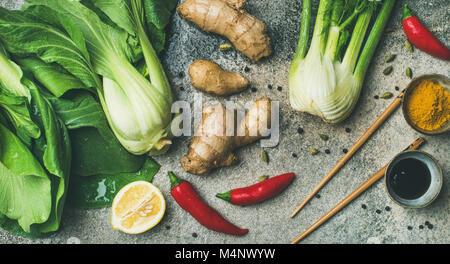Ingrédients de la cuisine asiatique sur fond de béton, vue du dessus. Télévision à jeter des légumes, épices et Banque D'Images