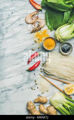 Ingrédients de la cuisine asiatique sur fond de marbre, vue du dessus, copiez l'espace. Télévision à jeter des légumes, Banque D'Images