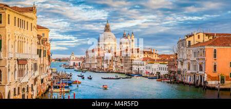 Classic vue panoramique de célèbre Canal Grande avec la Basilique Santa Maria della Salute dans la belle lumière Banque D'Images