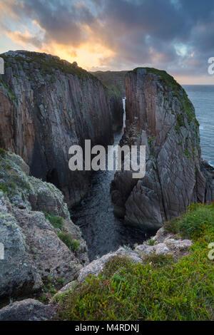 Au cours d'une soirée sur l'île côtière chasm Owey, comté de Donegal, Irlande. Banque D'Images