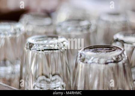 Close up mise au point sélectionné sur fond de vide des verres transparents dans le groupe placé à l'envers sur Banque D'Images