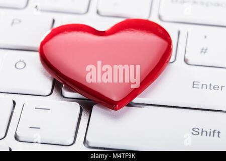 Portrait de forme de coeur rouge sur le clavier blanc Banque D'Images