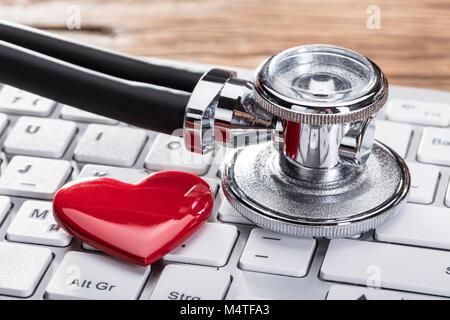 Close-up d'un stéthoscope et forme de coeur sur le clavier blanc Banque D'Images