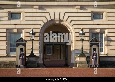 Les grilles à l'arme automatique à l'extérieur de Buckingham Palace Banque D'Images
