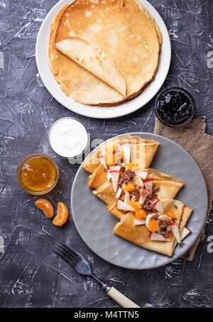 Crêpes crêpes avec différents fruits et chocolat Banque D'Images