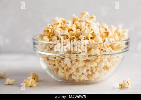 Soufflé au caramel doré dans bol en verre Banque D'Images