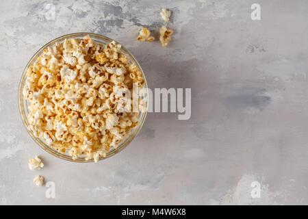 Soufflé au caramel doré dans bol en verre, vue de dessus, copiez l'espace. Banque D'Images