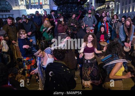 Londres, Royaume-Uni. 17 Février, 2018. Les gens prennent part à la fin de la 15e Récupérer l'amour de la Chaussée Partie Piccadilly Circus. L'événement comprend da Banque D'Images