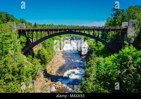 Pont sur la Rivière Ausable Rivière Ausable Chasm, à une attraction touristique dans le Nord de l'État de New York. Banque D'Images