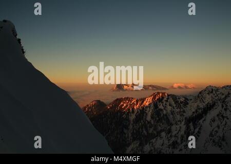 Coucher du soleil dans les montagnes Banque D'Images
