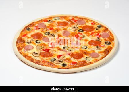 Pizza aux champignons, saucisse et les olives sur un fond blanc Banque D'Images