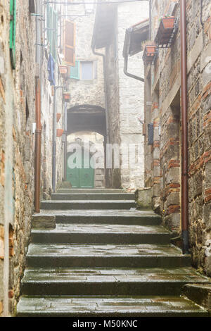 Escaliers dans une ruelle d'une petite ville italienne Banque D'Images