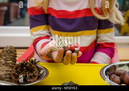 Petit enfant holding hedgehog fabriqués à partir de fruits d'automne Banque D'Images