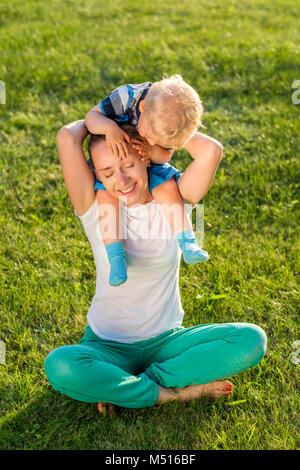 Heureuse femme et enfant s'amuser en plein air, sur prairie Banque D'Images