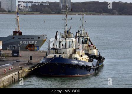 Remorqueurs à quai à la tête de quai dans le port de Southampton docks. Le remorquage et l'accostage des bateaux Banque D'Images