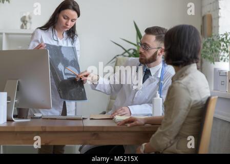 Médecin à l'office. Rx et irm Doctor talking to patient Banque D'Images