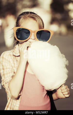 School girl eating Cotton Candy Banque D'Images
