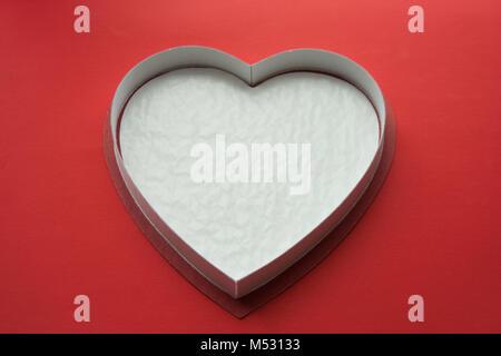 Boîte en forme de coeur rouge isolé sur Banque D'Images