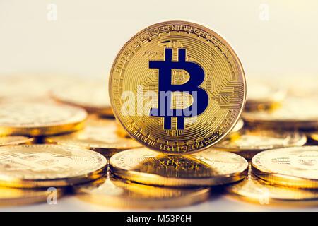 L'avant de la pièce de monnaie bitcoin or sur le dessus du tas de l'autre monnaie. Devise Crypto, concept image Banque D'Images