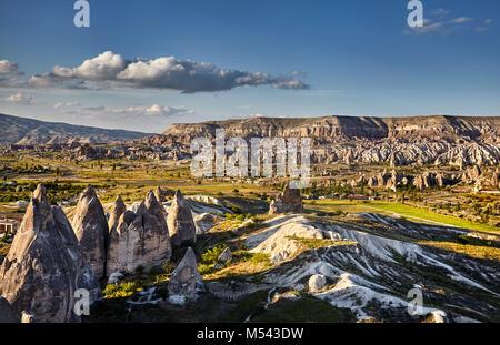 Beau paysage de l'ancienne formation géologique appelée cheminées de fées au coucher du soleil dans la vallée de Banque D'Images