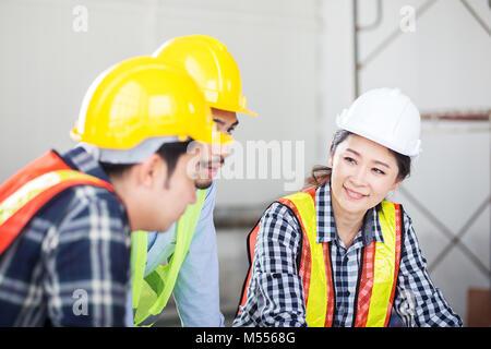 Discuter de l'ingénieur en réunion avec vous détendre, heureux et sourire sentiment au site travaux sur construction Banque D'Images