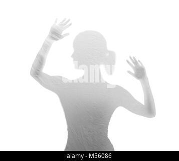 Femme derrière aluminium