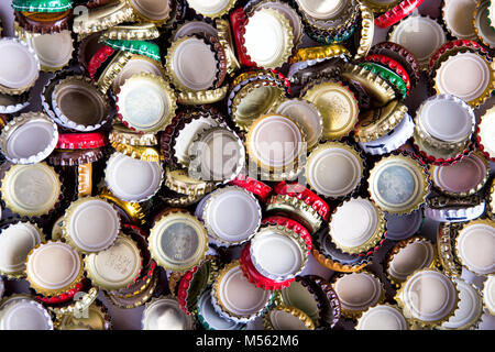 Beaucoup de bouchons de bière, réparties au hasard, l'arrière-plan, Vue de dessus Banque D'Images