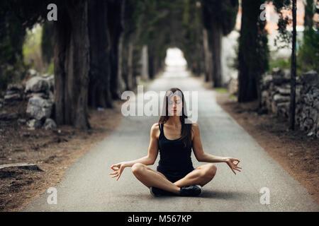 Le calme insouciant femme méditant dans la nature.Trouver la paix intérieure.La pratique du Yoga.La guérison spirituelle Banque D'Images