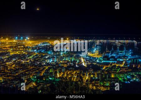 Gênes, Italie - 18 novembre 2015 - Vue de nuit sur le centre-ville de Gênes, des bâtiments, des gratte-ciel et mer Banque D'Images