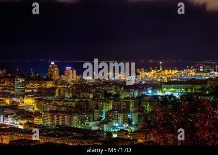 Gênes, Italie - 4 décembre 2015 - Vue de nuit sur le centre-ville de Gênes, des bâtiments, des gratte-ciel et mer Banque D'Images