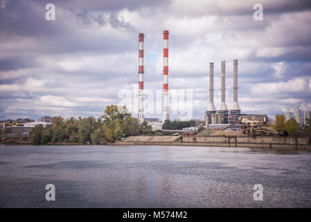 Power Plant Pilon s'élevant sur la rive de Sava à Belgrade Banque D'Images