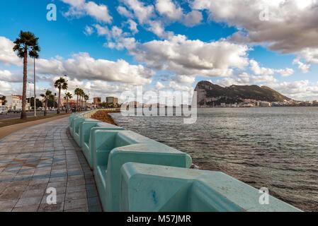 Promenade de la linea espagnol ville avec ville et rocher de Gibraltar sur un arrière-plan.