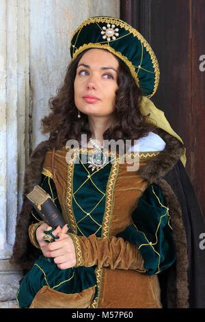 Une belle jeune fille italienne à l'extérieur du palais des Doges, durant le carnaval de Venise (Carnevale di Venezia) Banque D'Images