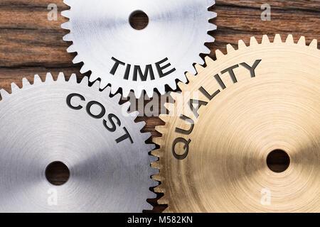 Gros plan du coût et de la qualité de temps asservie roues dentées sur bois Banque D'Images