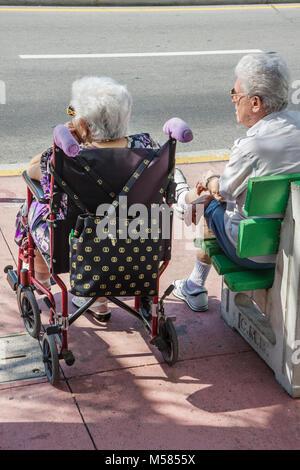 Miami Beach Washington Avenue hauts homme femme couple Personnes âgées Personnes handicapées Santé handicapés en Banque D'Images