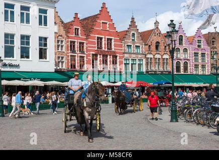 Promenades en calèche dans Grote Markt (place du marché), en prenant les touristes en court-circuit des visites Banque D'Images