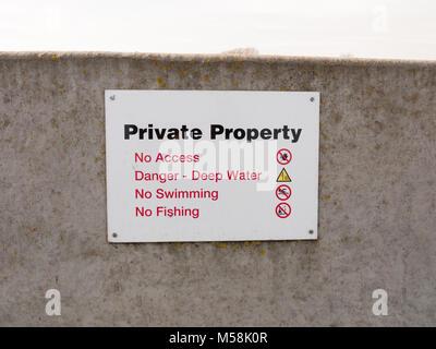 La propriété privée signe sur gray sea wall barricade pas de permission; Essex; Angleterre; uk Banque D'Images