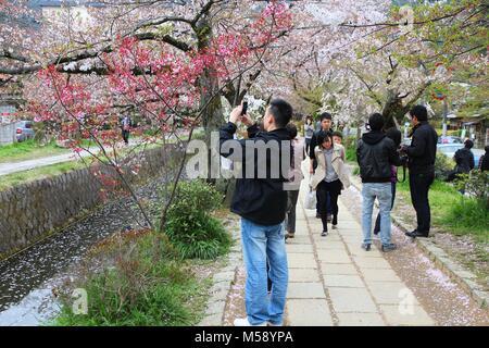 KYOTO, JAPON - 16 avril 2012: visite Promenade du Philosophe à Kyoto, au Japon. Le chemin au bord du canal est Banque D'Images