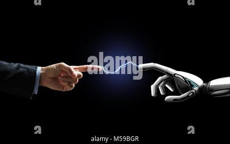 Robot et la main de l'homme connecté par la foudre Banque D'Images
