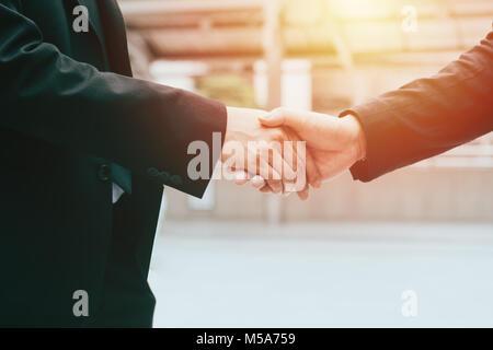 Business man hand shaking la conclusion d'une affaire, business team concept de partenariat