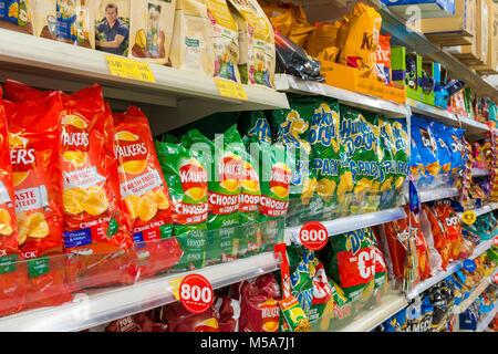 Chips / croustilles de pommes de terre sur les rayons des supermarchés Banque D'Images
