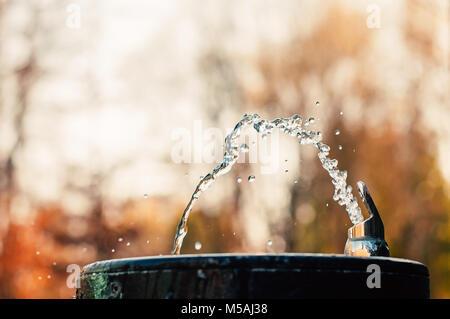 Verser de l'eau à partir de la fontaine d'eau potable Banque D'Images