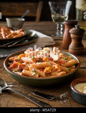 Un bol de pâtes style cajun épicé délicieux avec le homard. Banque D'Images
