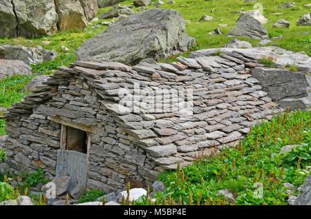"""Mountain Bothies"""". De simples abris de pierres souvent utilisé par les bergers dans les hautes estives Banque D'Images"""